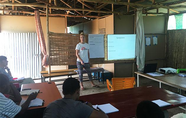 Gitte Rønde i færd med at undervise kolleger i Etiopien