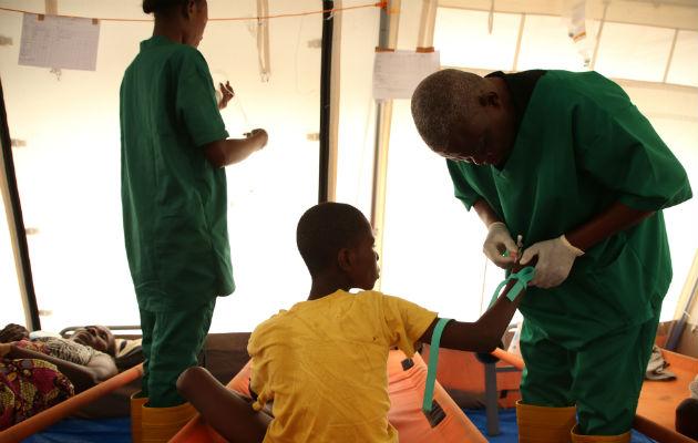 En af vores sygeplejersker er ved at give en patient et væske-drop på et af vores koleracentre i Kinshasa. Alvorligt syge patienter skal have tilført væske for at blive raske, ellers dør de af væskemangel.