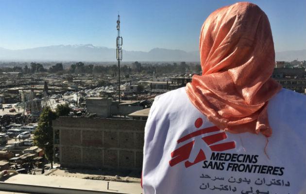 Heather kigger en sidste gang ud over byen Khost. © Læger uden Grænser