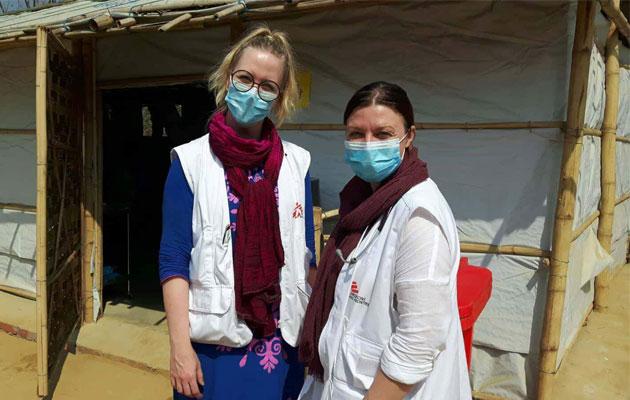 Difteri er luftbåren, og derfor er det vigtigt, at Stine og hendes kollega bærer masker, når de behandler patienterne i flygtningelejren.