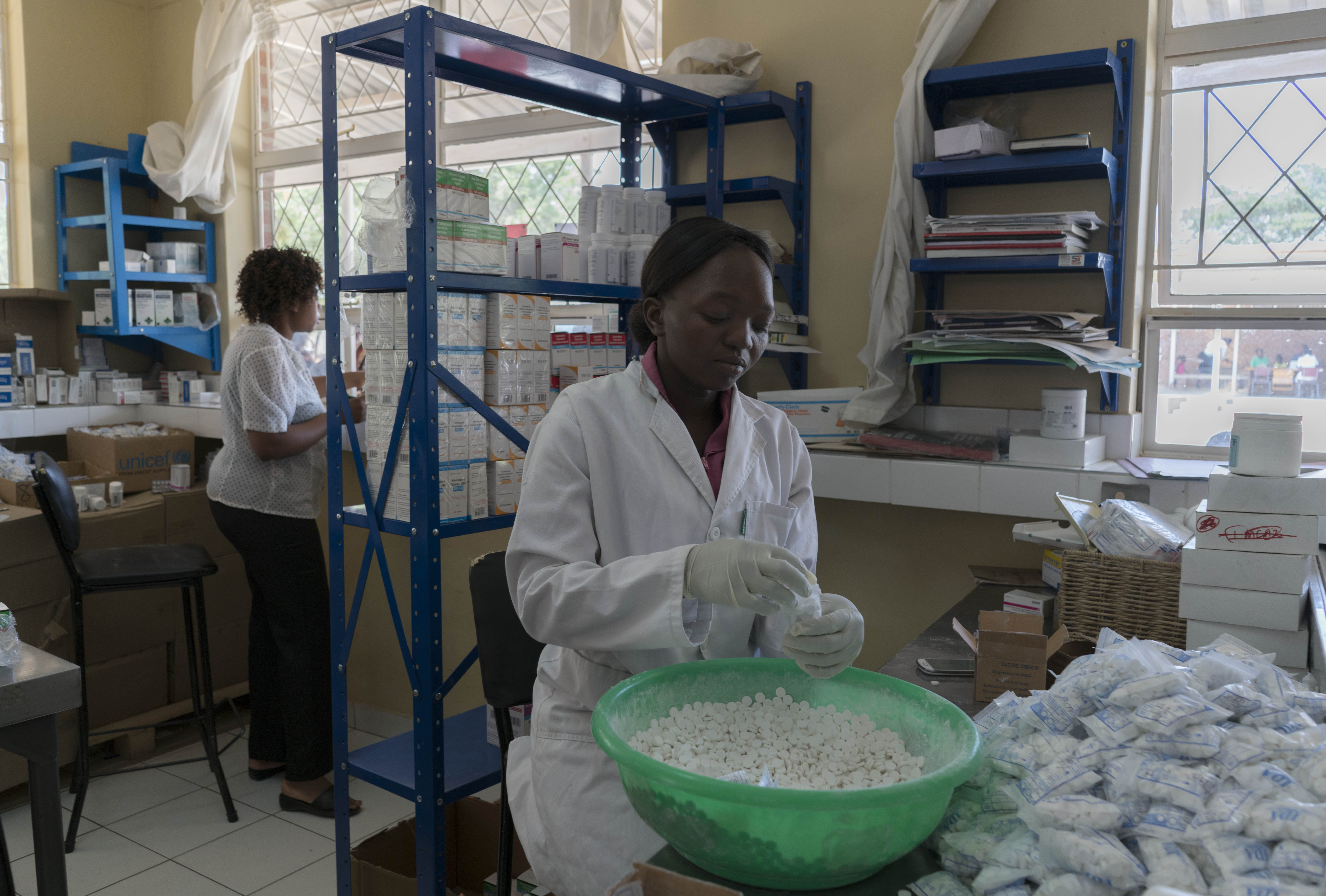 MSF personale pakkker hiv medicin