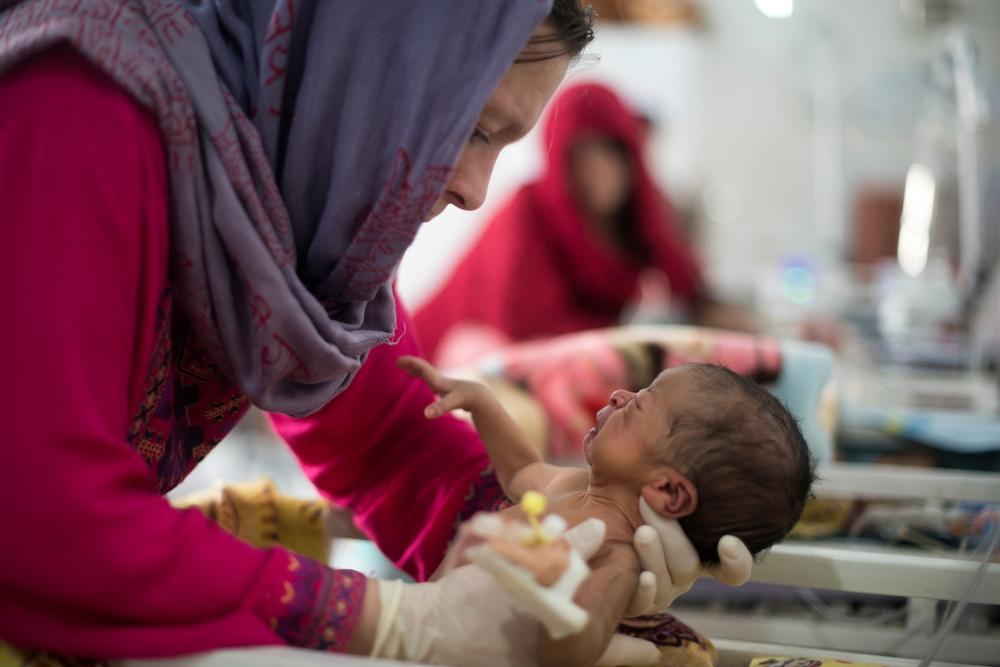 En sygeplejerske fra Læger uden Grænser tilser en nyfødt på vores hospital i Khost.