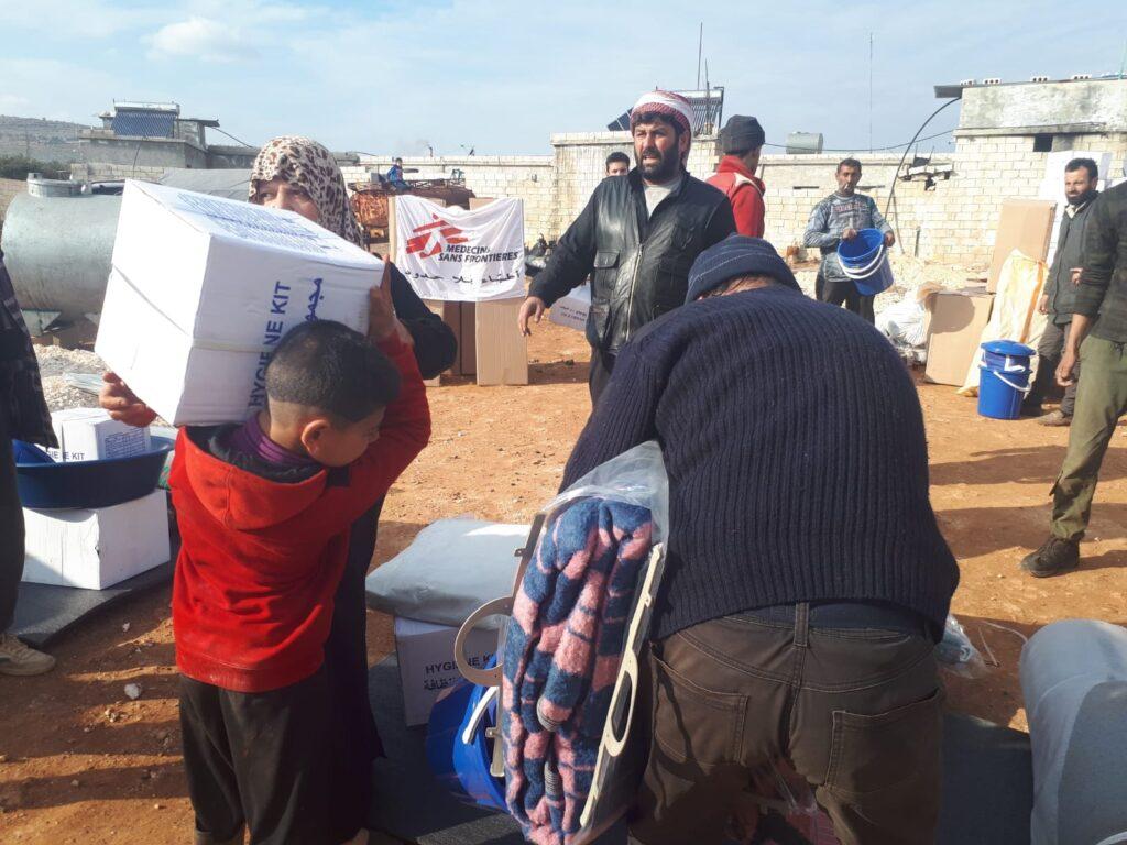 Læger uden Grænser (MSF) uddeler tæpper i flygtningelejr i det nordvestlige Syrien
