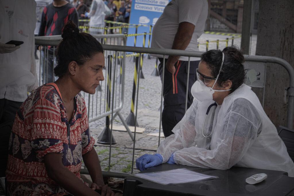 Brasilien: En af vores læger undersøger en kvinde på en mobil klinik, der screener hjemløse for COVID-19 på herberger i São Paulo.