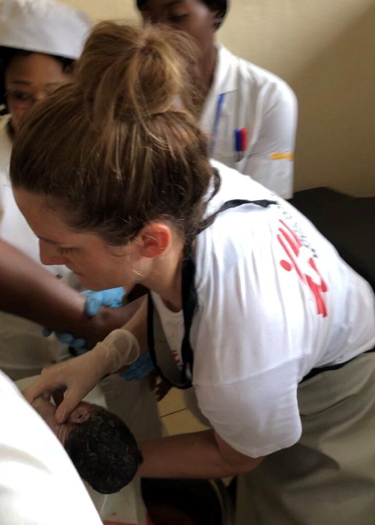 Fødselshjælp i Cameroun, bistået af jordemoder fra Læger uden Grænser (MSF).