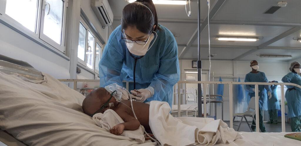 Læger uden Grænser (MSF) behandler barn på børnehospital i Hangha, Sierra Leone.