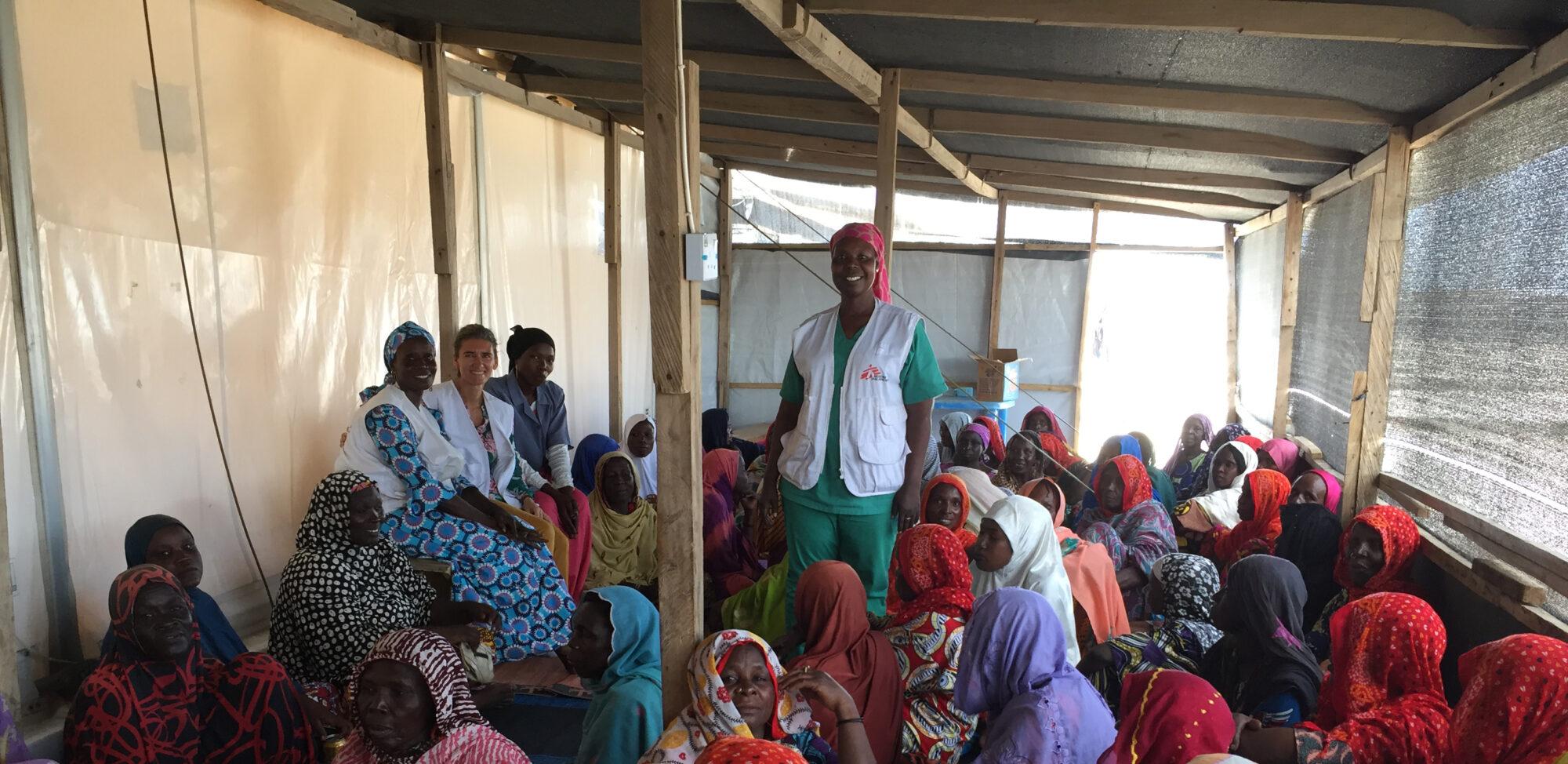 Jordemoder hjælper fordrevne mennesker i Nigeira