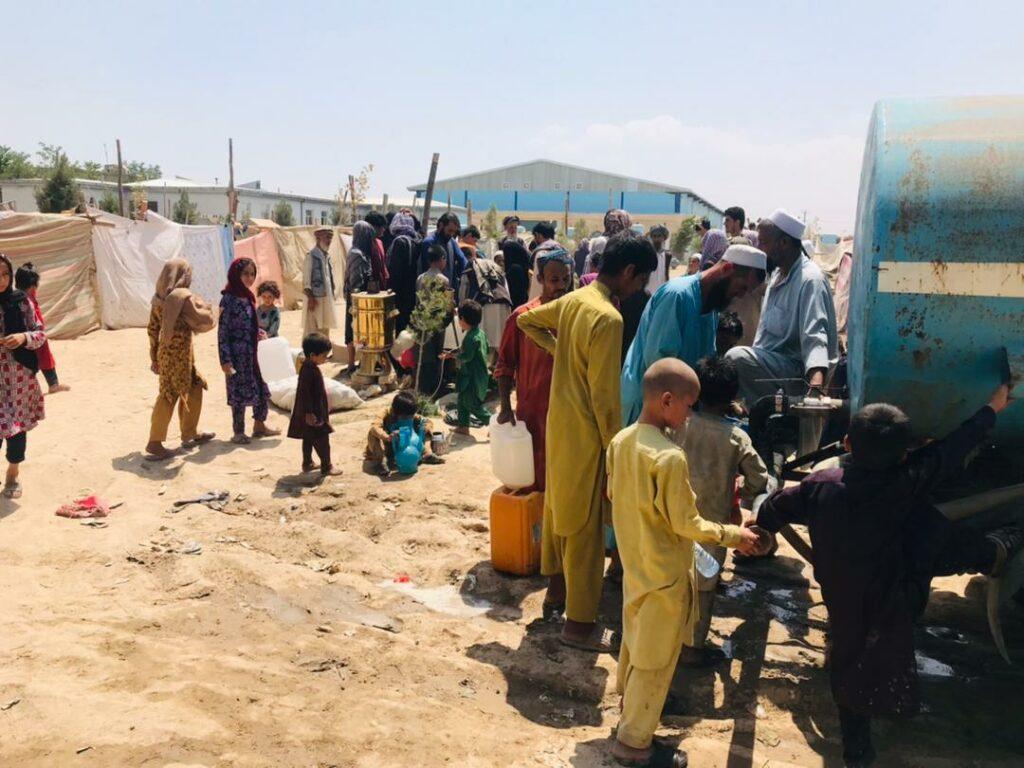 Rent drikkevand til mennesker på flugt fra kampe i Afghanistan