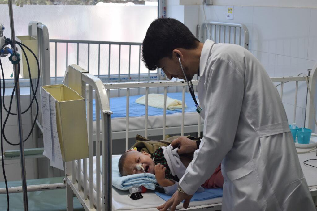 Hjælp til underernærede børn i Afghanistan